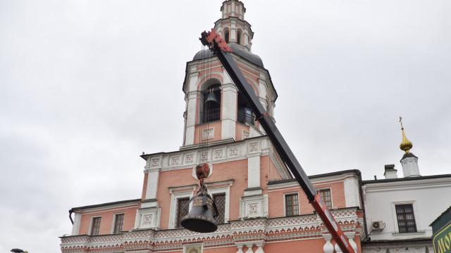 На колокольню Данилова монастыря поднят новый колокол | Московский Данилов монастырь